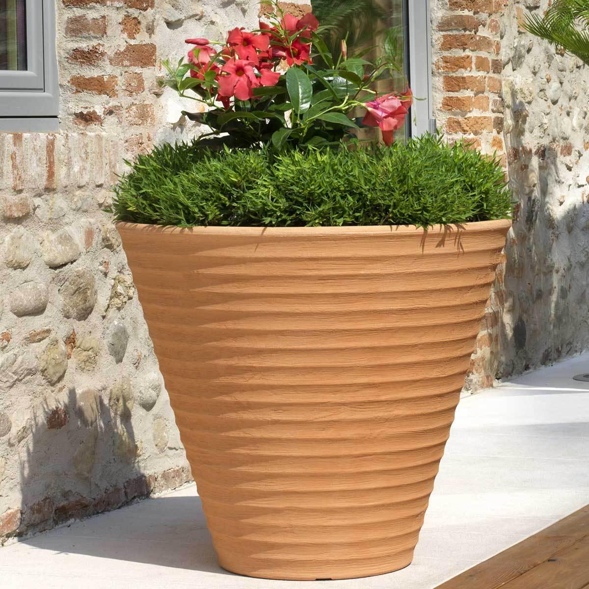s lectionner les meilleurs pots de fleurs pour son jardin loisir jardin. Black Bedroom Furniture Sets. Home Design Ideas